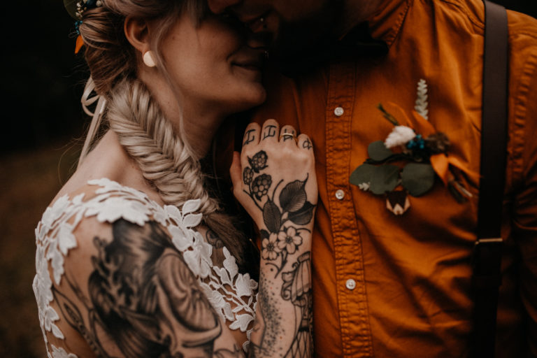 Tattoowiertes Hochzeitspaar beim Paarshooting im Obstgarten Brandenburg